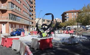 Una escultura a base de elementos superpuestos homenajea a Cervantes