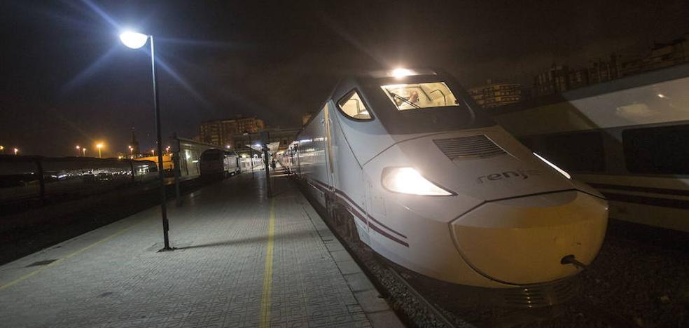 Usuarios del híbrido denuncian que el tren cerró las puertas «cuando los pasajeros aún estaban subiendo»