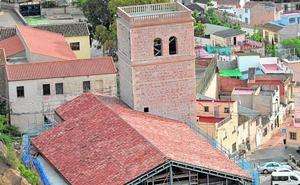 La antigua iglesia de Santa María de Lorca vuelve a lucir su cubierta de tejas, tras medio siglo