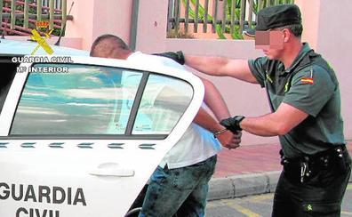 La Guardia Civil arresta a dos marroquíes por un robo con violencia en Lo Pagán