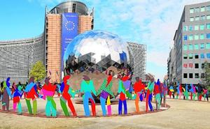 El abrazo solidario de Gabarrón se instala en el corazón de Bruselas