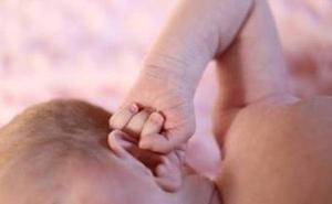 Una bebé de 16 meses muere tras ahogarse con la cuerda de una persiana