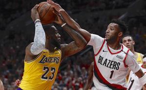 LeBron James debuta con los Lakers con derrota
