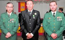 Condecoran a un policía local y dos guardias civiles