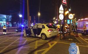 Dos policías nacionales salvan a un conductor herido tras chocar contra la catenaria del tranvía