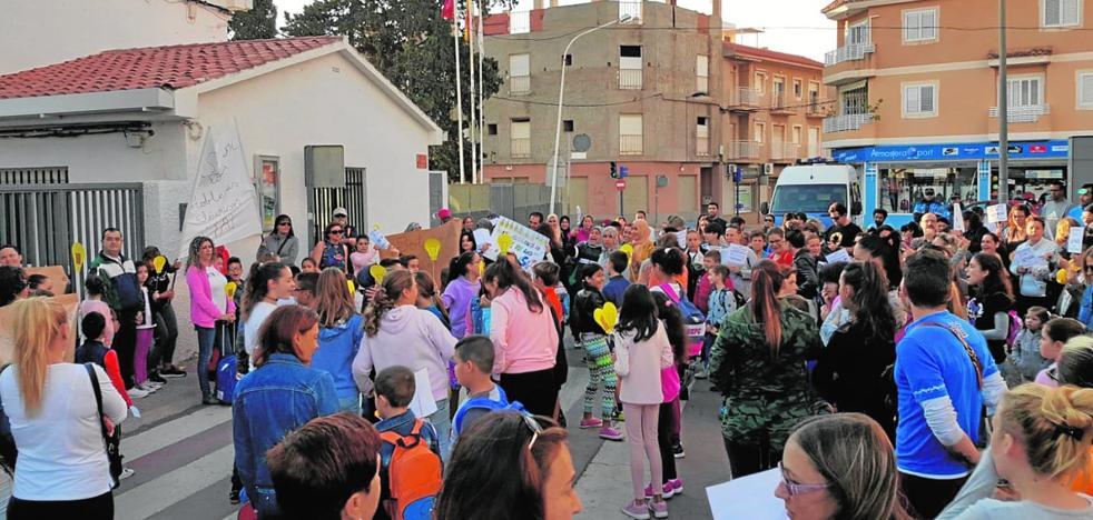 Los padres del colegio Manuela Romero de Puerto de Mazarrón desconvocan la protesta de mañana