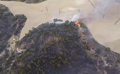 Medios aéreos murcianos ayudan a sofocar un incendio forestal en Hellín