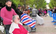 El paseo de Cieza se convierte en una pasarela solidaria de peluqueros