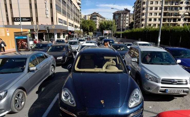 El caos de tráfico se impone en el acceso a los colegios con Alfonso X