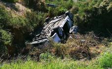 Rescatan a tres heridos que quedaron atrapados en su vehículo tras volcar en Mazarrón