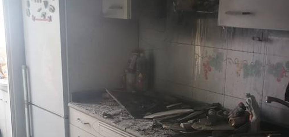 Se encierra en el salón para no verse afectado por el humo de un incendio en su piso de Alcantarilla