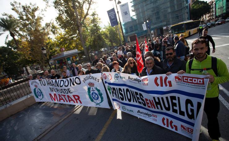 Las imágenes de la protesta por las calles de Murcia de los funcionarios de prisiones