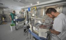 El Santa Lucía implanta un plan antiestrés para hermanos de bebés de la UCI Neonatal