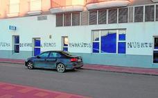 El Ayuntamiento de Alhama denunciará en la Guardia Civil las pintadas xenófobas de varios edificios