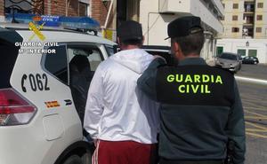 La Guardia Civil detiene 'in fraganti' a dos hermanos mientras robaban en viviendas de Mazarrón