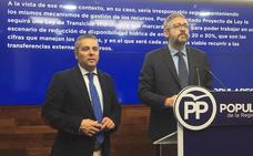 PP y Cs dicen que «se plasma negro sobre blanco la intención de cerrar el Tajo-Segura», mientras el PSOE les acusa de electoralismo