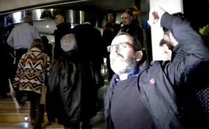 Uno de los simpatizantes de Vox, a los manifestantes: «¡Arriba España, a trabajar!»