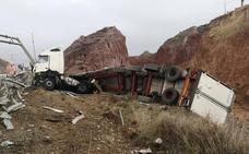 Rescatan a un camionero atrapado tras salirse de la vía en Lorca
