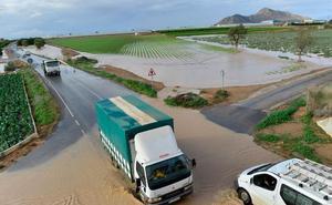 Las fuertes lluvias desbordan ramblas y obligan a cortar una veintena de carreteras