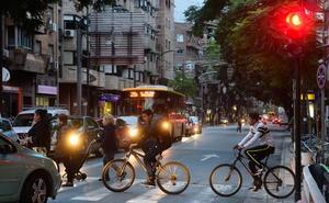 Técnicos municipales ponen obstáculos al carril bici por el barrio del Carmen