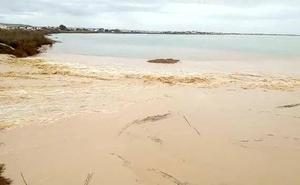 Desalojan a 18 vecinos de Cartagena ante el riesgo de desborde de la Rambla del Albujón