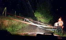 Un dispositivo de 40 efectivos trabaja en las nueve carreteras que siguen cerradas al tráfico por las lluvias