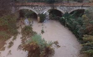 El temporal en la Región derriba un muro y un alero de una casa en Bullas