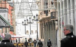 Colocan el alumbrado que iluminará 43 calles del centro y 41 barrios durante la Navidad