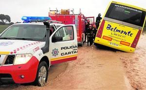 La falta de drenajes agrava las inundaciones y deja diez carreteras cortadas y 80 rescates en Cartagena