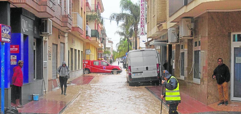 La indignación por las riadas en Los Alcázares deriva en una manifestación vecinal y otra de la Corporación