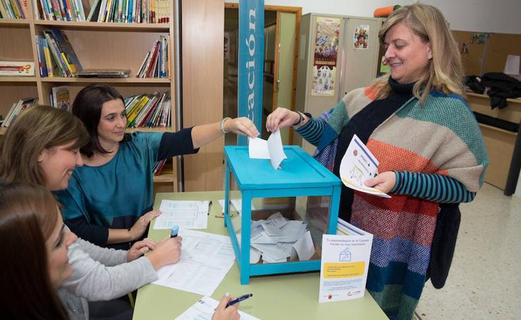 Los padres de alumnos votan en las elecciones al Consejo Escolar