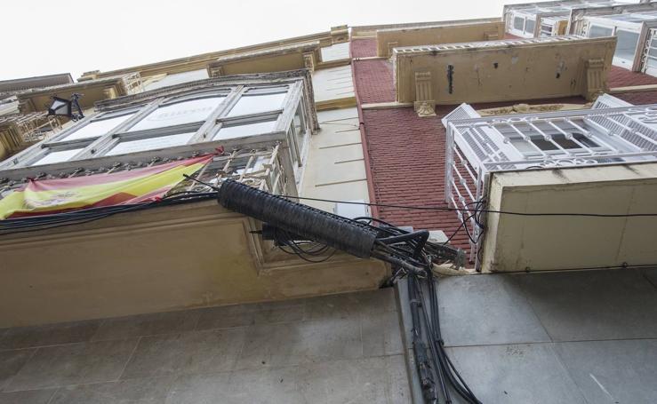 Cables, carteles y edificios sin reformar afean el casco histórico de Cartagena