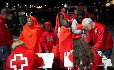 Muere una inmigrante embarazada y buscan a trece desaparecidos en el mar de Alborán
