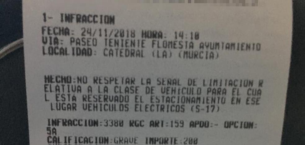 Multan al propietario de un coche eléctrico en Murcia por aparcar en una plaza reservada para estos vehículos
