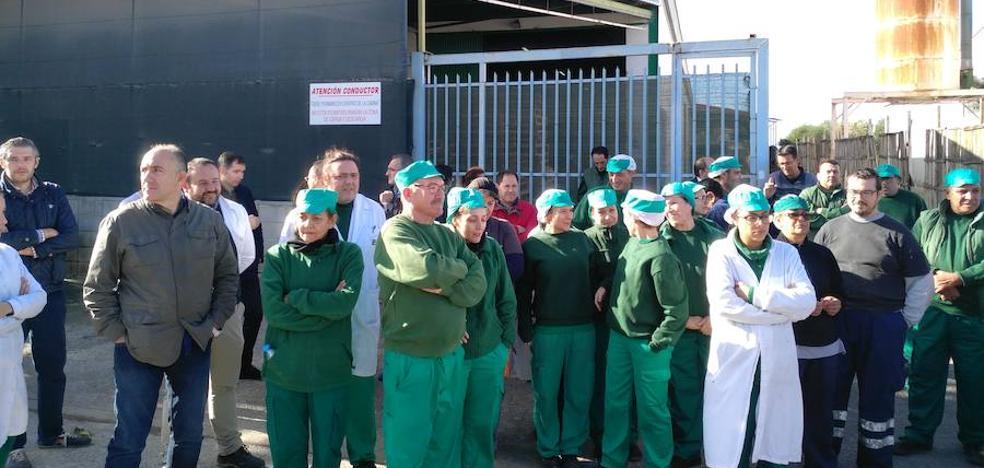 Trabajadores de Faroliva se concentran para evitar el desahucio de su nave logística por la autovía del Reguerón