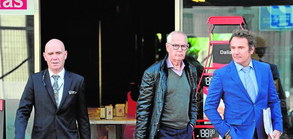 El director técnico de Murcia declara que le vendió su despacho a su hija de doce años
