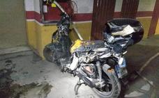 Bomberos apagan el incendio de una motocicleta en el garaje de un edificio en Lorca