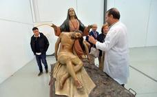 Inician la reparación de la talla de la Santísima Virgen de la Piedad, del Paso Morado de Lorca
