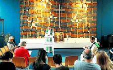La iglesia que lleva un mes seguido dando misa para que no echen a una familia del país