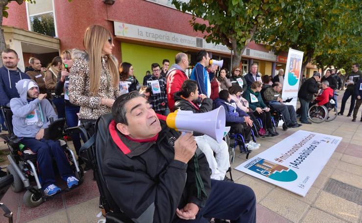 Famdif dedica su protesta por la accesibilidad a la anciana que murió sin lograr una rampa