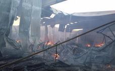 Un incendio destruye por completo la fábrica de colchones Rama en Yecla