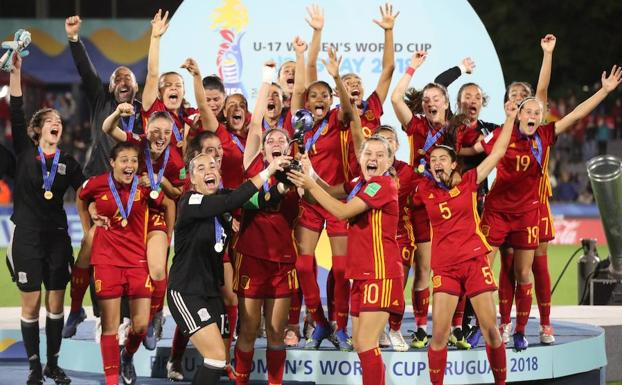 La selección española levanta la copa tras ganar el Mundial.