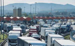 La protesta de los 'chalecos amarillos' vuelve a atrapar a miles de camiones