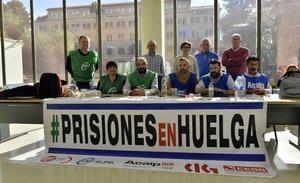 Miembros de la Plataforma Sindical de Prisiones en la Región se encierran en la Delegación del Gobierno