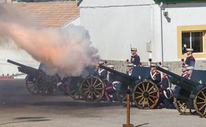 El Regimiento de Artillería dispara sus cañones por Santa Bárbara