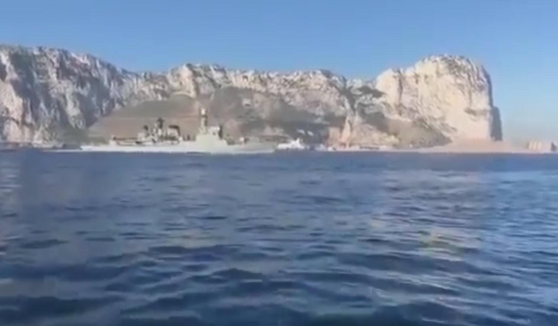 Una corbeta con base en Cartagena pone el himno español a todo volumen frente a Gibraltar