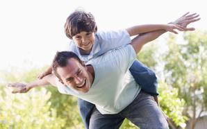 El 65% de los padres afirma que no juega lo suficiente con sus hijos