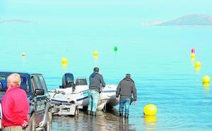 La entrada de barcos al Mar Menor queda limitada por boyas en cuatro playas