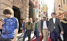 Casado pasea con los candidatos del PP por el centro de Murcia