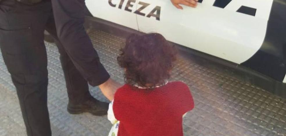La Policía Local de Cieza rescata a una niña de dos años que iba sola por la carretera nacional